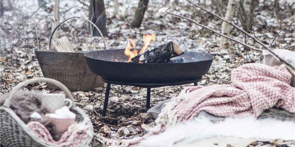 vinter bål i skoven hygge