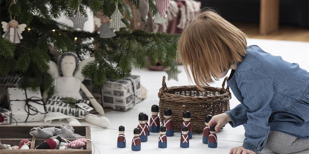 Lille pige med legetøjsfigurer